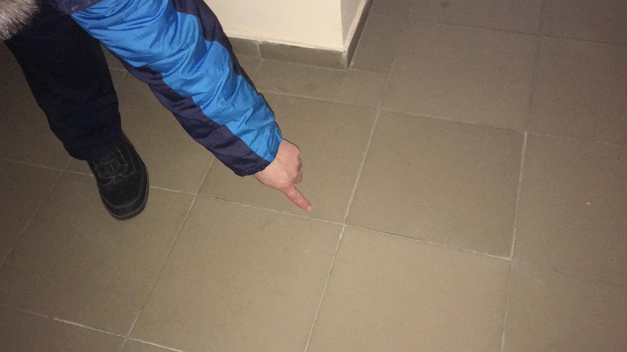 1П 2 эт - плитка шатается рядом с лифтом